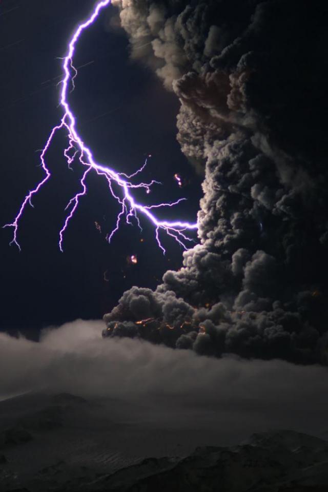 wallpaper iPhone Volcanic Lightning